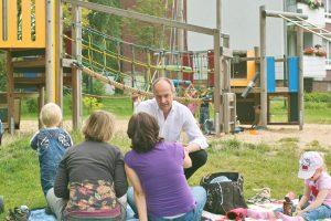 Detlef Ehlert, hier bei Gesprächen zur Verbesserung der Spielplatzaustattung in Erkrath