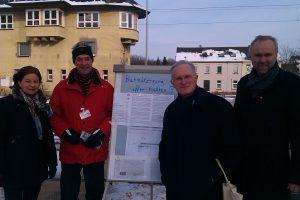 """Konstantin Lajios, hier mit Detlef Ehlert und Manfred Krick bei der """"Schranken-auflassen""""-Aktion am Hochdahler Bahnhof"""