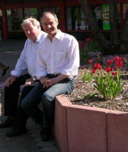 Dieter Becker und Detlef Ehlert bei einer Pflanzaktion am Neuenhausplatz