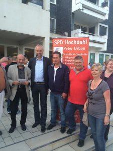 von rechts: Marleen Buschmann, Sabine Lahnstein, Peter Urban, Imad Omairat, Manfred Krick und weitere Gäste