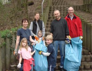 Detlef Ehlert, hier rechts im Bild, gemeinsam mit dem Landtagsabgeordneten Manfred Krick und NachbarInnen bei einer früheren Säuberungsaktion