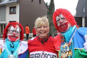 Die rote Sabine mit den beiden Erkrather Hoppeditzen...