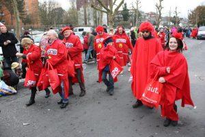 Die Roten auf dem Weg zum Rathaus...