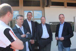 Im Gespräch: Jugendwart Phillip Dietz, Geschäftsführer Thomas Schaefer, Vorsitzender Dr. Jan-Peter Horst, Peer Steinbrück und Detlef Ehlert