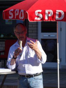 Bürgermeisterkandidat Detlef Ehlert beantwortet eine Bürger-Frage