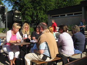 Interessierte Gäste im Gespräch mit Sabine Lahnstein (links)