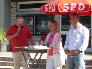 Peter Urban begrüßt die Anwesenden, mit Sabine Lahnstein und Detlef Ehlert