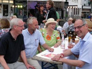 Manfred Krick, hier mit Gästen beim Tischlein-deck-dich (2.v.l.)