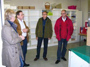 Im Gespräch mit dem Tafel-Vorsitzenden Jürgen Mann: Sabine Lahnstein, links, Detlef Ehlert und Klaus Bauer (von rechts)